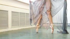 Pies profesionales fuertes del bailarín de ballet que se levantan en los dedos del pie en cierre del estudio, cámara lenta almacen de video