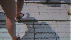 Pies que caminan en la herencia Mostar Stari de la UNESCO la mayoría del puente almacen de video