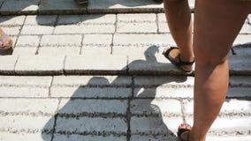 Pies que caminan en la herencia Mostar Stari de la UNESCO la mayoría del puente metrajes