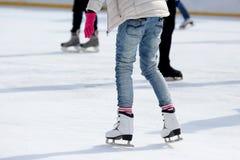 Pies que patinan en la pista de hielo imágenes de archivo libres de regalías