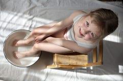 Pies que se lavan de la muchacha Foto de archivo libre de regalías