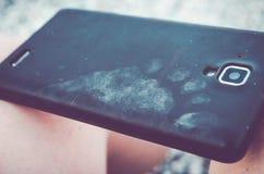 Pies sucios del bebé de la huella del teléfono foto de archivo
