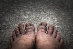 Pies sucios en el piso del cemento imagenes de archivo