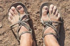 Pies sucios en sandalias Foto de archivo libre de regalías