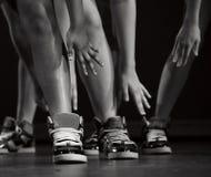 Pies, tobillos y brazos de los ejecutantes del hip-hop Foto de archivo libre de regalías