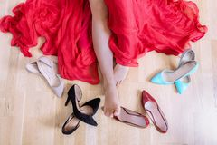 Pies vacíos de la mujer rodeados por los zapatos elegantes Fotos de archivo libres de regalías