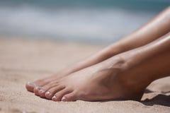 Pies y manos en la playa Foto de archivo libre de regalías