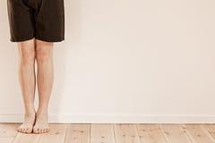 Pies y piernas del niño con el espacio de la copia en la pared Fotografía de archivo libre de regalías