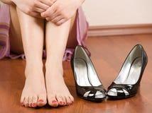 Pies y zapatos de la mujer Foto de archivo