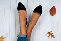 Pies y zapatos femeninos de la moda, accesorios del otoño Imagen de archivo libre de regalías
