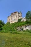 Pieskowa Skala Schloss mit grünem See Lizenzfreie Stockbilder
