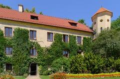 Pieskowa Skala Schloss mit Weinbau auf Wänden Lizenzfreie Stockfotografie