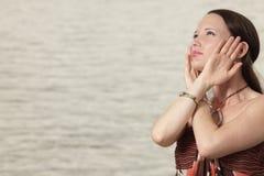 pieszczotliwości oddalona głowa jej przyglądająca kobieta Zdjęcie Stock