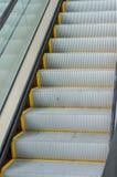 Pieszy odtransportowywa eskalator Obrazy Royalty Free