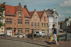 Pieszy z torbami na moscie nad kanałem w Bruges Obrazy Stock