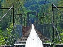 Pieszy zawieszał most nad Maggia rzeką, Magiczną doliną Magia Valle Maggia lub Valle, zdjęcia stock
