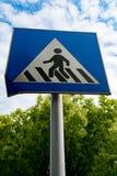 Pieszy znak lub crosswalk znak z niebieskim niebem i zieleni drzewem Zdjęcie Royalty Free