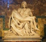 Pieta de Michelangelo en la basílica de San Pedro imagen de archivo