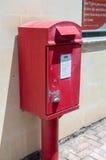 Pieta, Malta - 9. Mai 2017: Roter Briefkasten gehören Malta-Beitrag nahe bei Post Stockbild