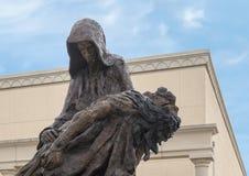 ?Pieta ?par Gib Singleton dans le jardin de sculpture en Via Dolorosa du mus?e de l'art biblique ? Dallas, le Texas images stock