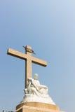 Pietastandbeeld met kruis en hemelachtergrond Royalty-vrije Stock Afbeelding