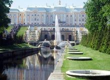 pietergofe的宫殿在喷泉的开头前 库存图片