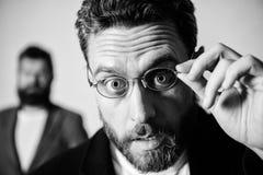 Pietluttige slimme inspecteur De slijtageoogglazen van de mensen knappe gebaarde kerel Ooggezondheid en gezicht Optica en visieco stock afbeeldingen