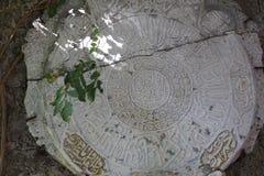 Pietra antica con le iscrizioni arabe Fotografie Stock Libere da Diritti
