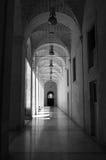 Pietra in bianco e nero e vecchio corridoio di marmo della costruzione immagine stock libera da diritti