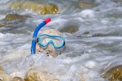 Pietra con la mascherina di immersione subacquea Immagini Stock