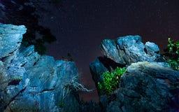 Pietra con la stella al fondo del cielo notturno fotografia stock