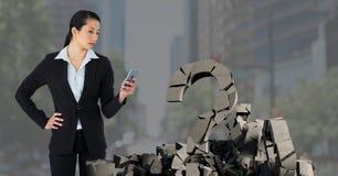 Pietra concreta rotta con il simbolo di domanda e donna di affari nel paesaggio urbano fotografia stock libera da diritti