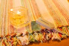Pietra curativa del cristallo e del diapason sulla tavola fotografia stock