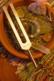 Pietra curativa del cristallo e del diapason sulla tavola immagine stock