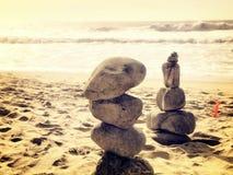 Pietra d'equilibratura alla spiaggia Immagini Stock