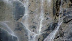 Pietra del fondo del primo piano della natura della cascata stock footage