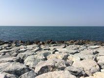 Pietra del mare del cielo immagini stock
