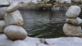 Pietra dell'equilibrio dal fiume stock footage