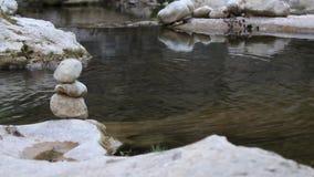 Pietra dell'equilibrio dal fiume video d archivio