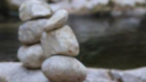 Pietra dell'equilibrio dal fiume archivi video