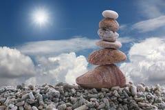 Pietra dell'equilibrio sulla roccia del mucchio con il fondo del cielo blu Immagine Stock Libera da Diritti
