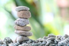 Pietra dell'equilibrio sulla roccia del mucchio con il fondo del giardino Fotografia Stock Libera da Diritti
