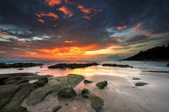 Pietra dell'onda di acqua di tramonto in Lan Hin Khao Beach Mueang Rayong, Tailandia Fotografia Stock Libera da Diritti