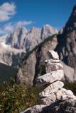 Pietra della pila con la priorità bassa delle montagne Fotografia Stock Libera da Diritti
