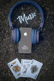 Pietra delle cuffie di musica di iPhone di Apple fotografie stock libere da diritti