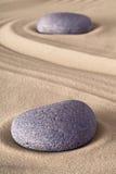 Pietra di meditazione del giardino di zen fotografia stock