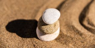 Pietra di meditazione di zen in sabbia, nel concetto per armonia di purezza e in spi fotografia stock libera da diritti