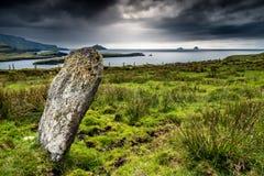Pietra diritta sulla costa dell'Irlanda fotografia stock