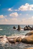 Pietra in mare con l'onda Fotografia Stock Libera da Diritti