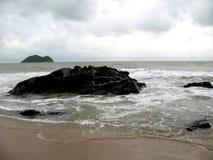 Pietra in mare con l'onda Fotografie Stock Libere da Diritti